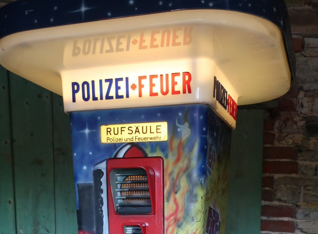 Notrufsäule , Street Art , Feuermelder , emergency telephone ,