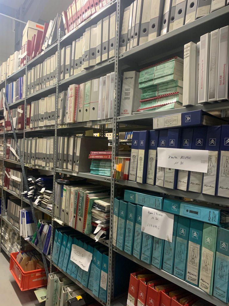 Werkstatthandbücher, Teilekataloge und Betriebsanleitungen - Über 100.000 Titel ständig am Lager